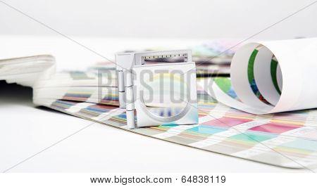Lens and pantone