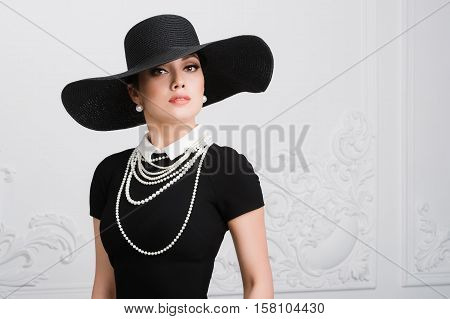 Retro Woman Portrait. Vintage Style Girl Wearing Old fashioned Hat, retro Hairstyle and Make-up.