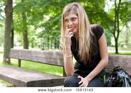 Flirt - mujer joven emplazamiento en Banco