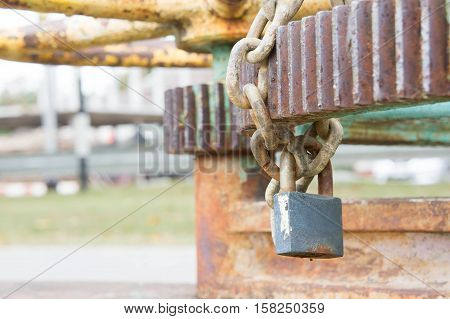 Key lock and manacle Prevent its use.