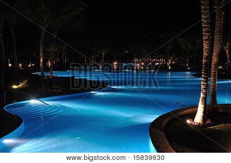 Piscina tropical Resort en la noche