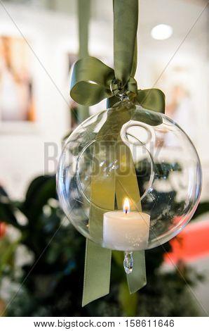 candela decorativa in una palla di vetro