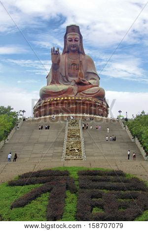 Many tourists visit and pay respect to great Buddha