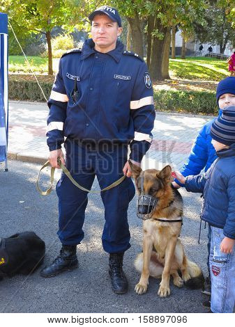 14.10.2016 Moldova Chisinau: Policeman with police dog and children in park