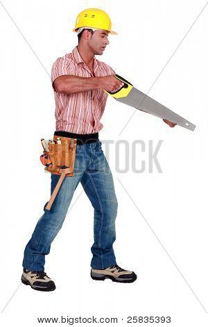 Um carpinteiro masculino com um serrote.