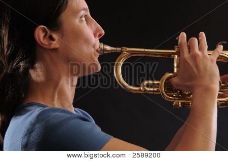 Frau spielen Trompete