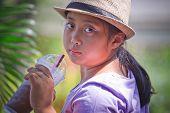 Постер, плакат: Девочка в фиолетовый t рубашка и шляпка