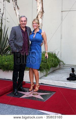 LOS ANGELES - 10: Neil Diamond, esposa Katie McNeil em uma cerimônia concedendo uma estrela sobre o Hollywo