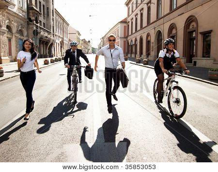 Empresários, andar de bicicleta e correr na cidade
