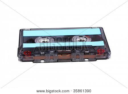 Audio cassette con etiqueta de color aislada en blanco