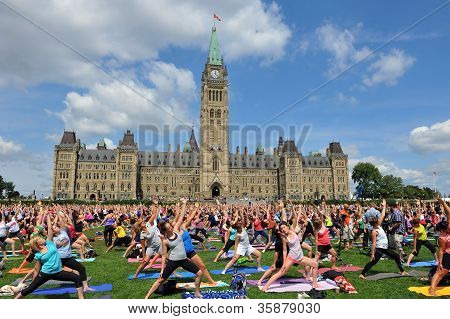 Record crowd for yoga in Ottawa