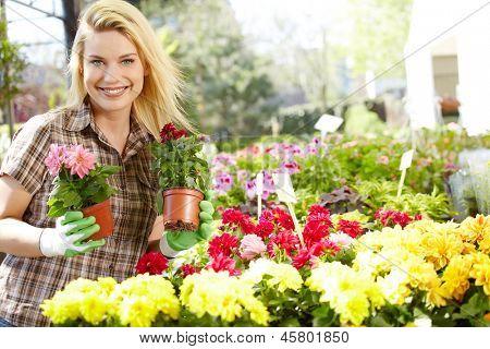 Weibliche Floristen oder Gärtner im Blumenladen oder Kindergarten