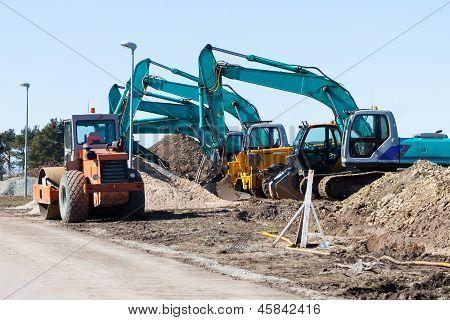 Escavadoras e caminhão compactador de asfalto
