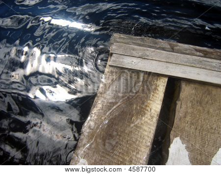 eine hölzerne Brücke geschlossen ist, weiter Wasser