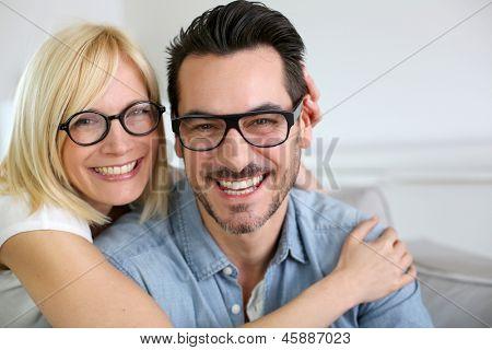 Casal de meia idade vestindo óculos
