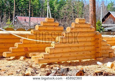 Harvesting roof for log houses from round timber with the bottom groove