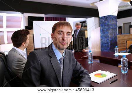 Retrato do empresário em treinamento de negócios com seus colegas