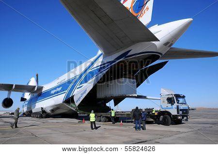 Antonow ein 124 entladen