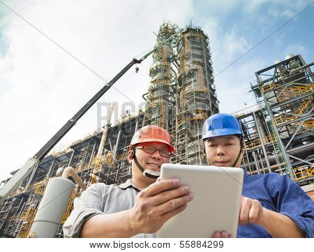 zwei Fabrik-Arbeiter-Diskussion mit TabletPC