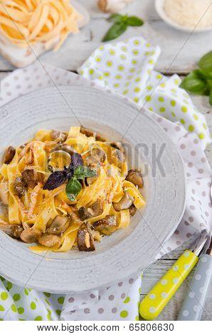 Fettuccine carbonara in a bowl