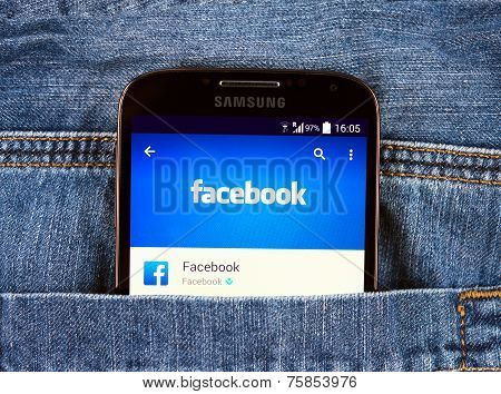 Samsung Galaxy S4 Displaying Facebook Application