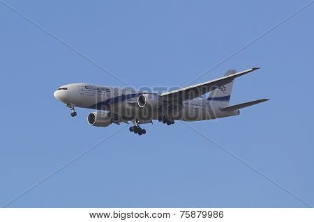 El Al Boeing 777 in New York sky before landing at JFK Airport