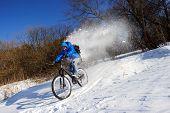 Постер, плакат: Cyclist extreme snow