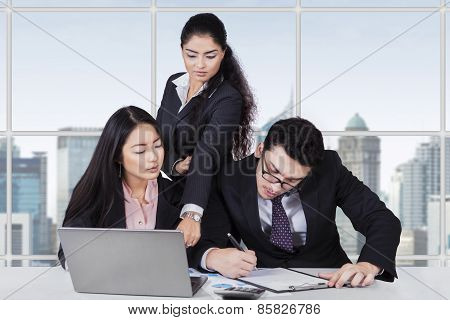 Business Leader Lead Her Workers In Office