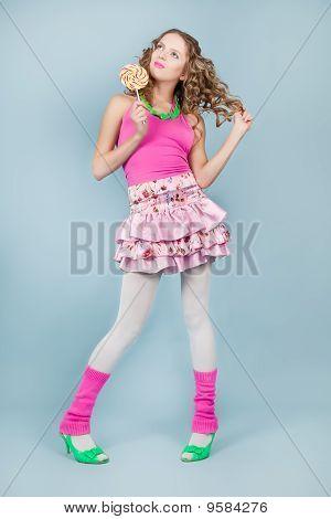 Frau mit bunten Lollipop lächelnd