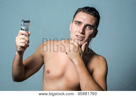Man holding an electric shaver