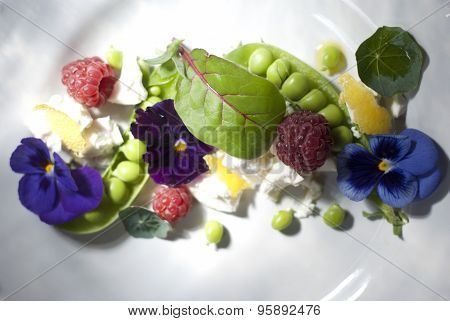Salad with green peas, berries and flowers