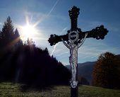 Постер, плакат: Утреннее солнце и Железный крест вокруг деревни Hamry в знаменитый чешский Национальный парк Шумава