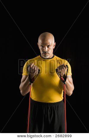 Hombre usando equipo de ejercicio.