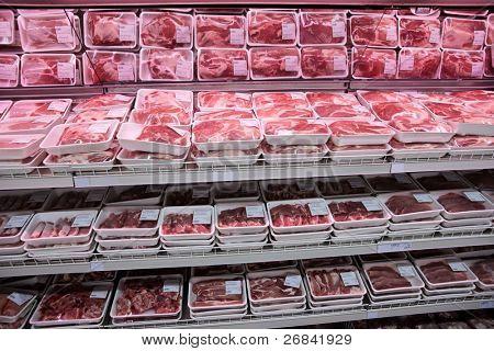 vollständig geladen Regale mit Fleisch in einen großen Supermarkt