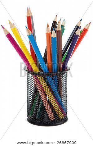 cesta de soporte completa de lápices aislados sobre fondo blanco