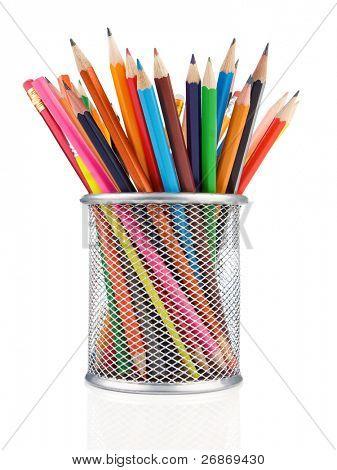 lápices de colores en soporte aislado sobre fondo blanco