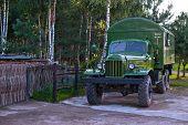 Постер, плакат: II мировой войны военный грузовик блестящими и новые Березовый лес