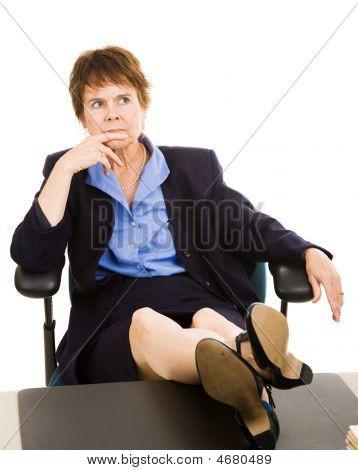 Empresaria en el escritorio - preocupado