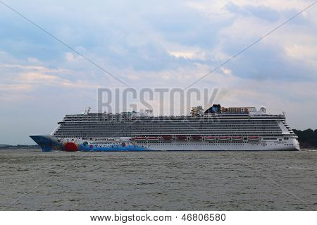 Norwegian Breakaway Cruise Ship heading to Bermuda