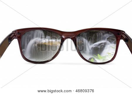 Sunglasses have a waterfall reflecting