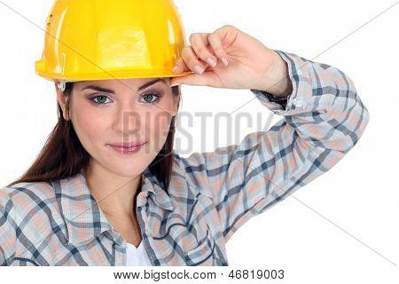 Mulher tocando a aba de seu chapéu duro