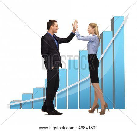 helles Bild von Mann und Frau, die ein high Five geben.
