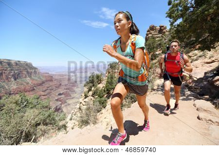 Trail cross-country lopers in de race op pad in de Grand Canyon, Verenigde Staten uitgevoerd. Fit atleten joggen en t