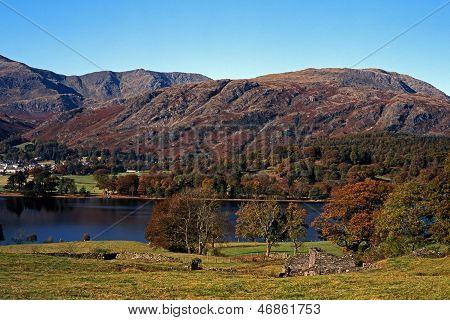 Lago y montañas, Coniston Water, Reino Unido.