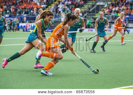THE HAGUE, NETHERLANDS - JUNE 14: Dutch field hockey player Naomi van As rushes past Australian Anna Flanagan during the finals of the Rabobank hockey world cup. NED - Aus 2-0)