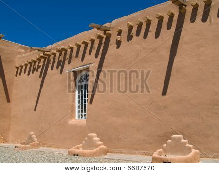 San Francis de Asis Mission Church in Taos, New Mexico