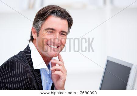 Empresario sonriente en un equipo de trabajo