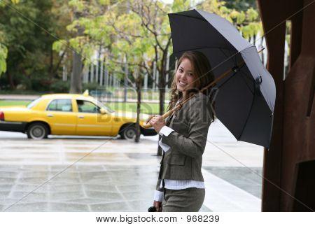 Mujer cogiendo un Taxi