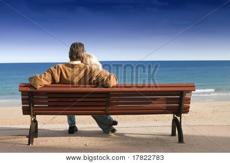 couple on Holzbank Blick auf Meer