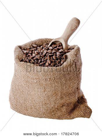 Bolsa de arpillera de la arpillera de granos de café tostados con cuchara de madera aisladas sobre fondo blanco